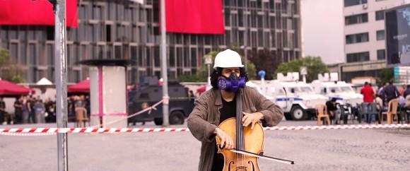 3_IU_Cellist_Taksim_300_-®PortAuPrincePictures