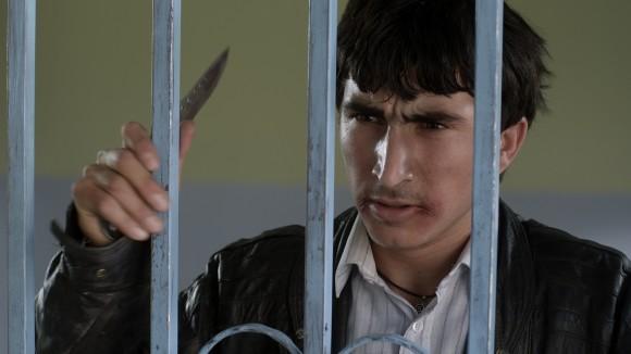 Siyar (Taher Abdullah Taher) mit Messer; Standbild aus dem Film