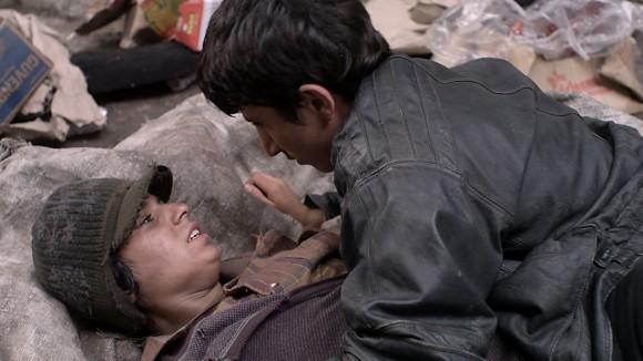 Siyar (Taher Abdullah Taher) lernt Evin (Suzan Ilir) kennen; Standbild aus dem Film