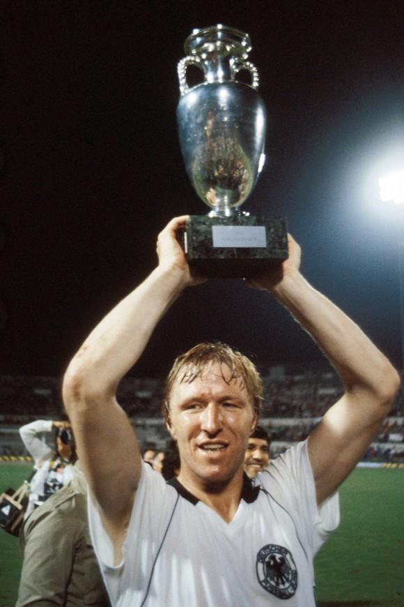 UEFA EURO - Die offizielle Chronik - DVD-Box  Horst Hrubesch stemmt den Pokal - Deutschland ist Europameister 1980