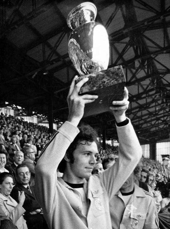UEFA EURO - Die offizielle Chronik - DVD-Box  1972: Franz Beckenbauer (BR Deutschland) präsentiert den Pokal, Deutschland ist Europameister