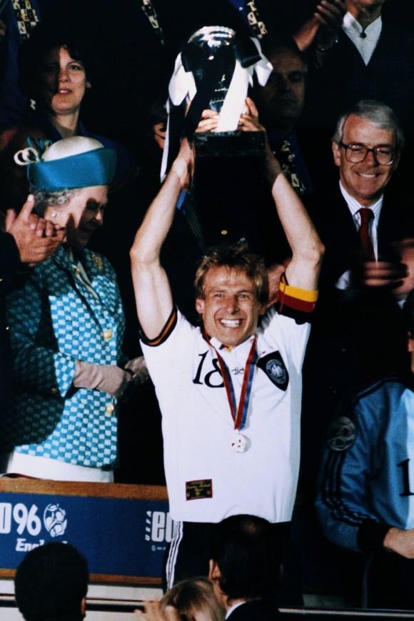 UEFA EURO - Die offizielle Chronik - DVD-Box Europameister Juergen Klinsmann bei der Siegeehrung mit dem EM Pokal UEFA Fussball Europameisterschaften 1996 in England Finale Tschechische Republik - Deutschland am 30.Juni 1996 im Wembley Stadion in London
